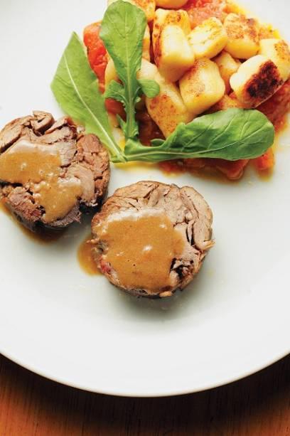 Paleta de cordeiro desfiada e enrolada na companhia de nhoque rústico de batata ao molho de tomate fresco