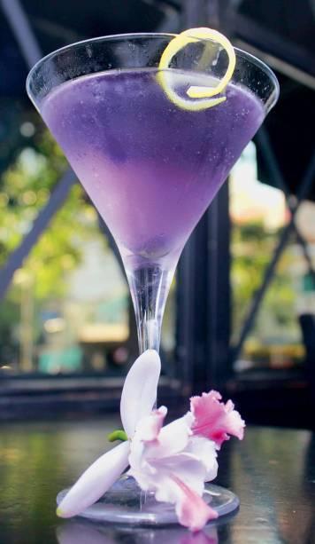 O violet martini, feito com limão e vermute