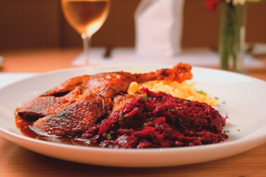 Pato assado com repolho-roxo, spätzle e purê de maçã: especialidade alemã do Weinstube