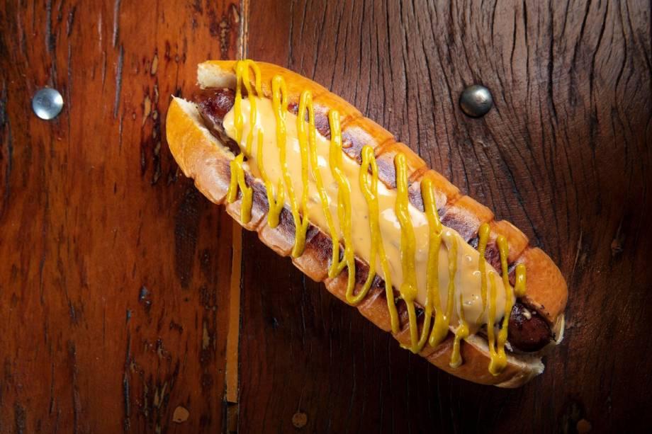 Hot dock: sanduíche é inspirado nos hot dogs americanos e tem salsicha bovina artesanal, molho de queijo cheddar e mostarda