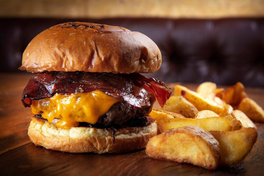 Sucesso da casa: no brooklin, a carne é preparada na chapa e ganha companhia de cheddar inglês, bacon, cebola caramelada e tomate
