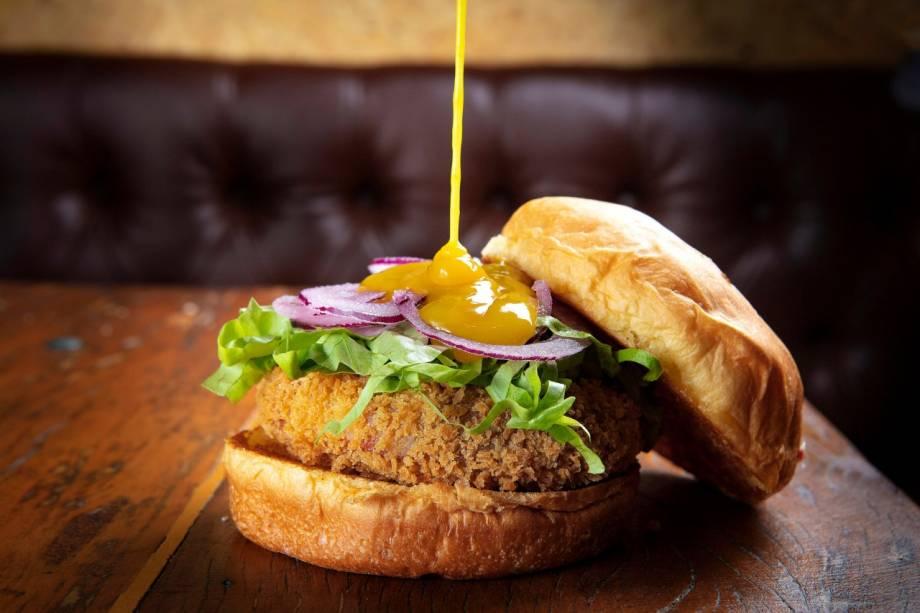 Dock chicken: a opção com  disco de frango é acompanhada de alface picada, cebola-roxa e molho de mostarda e mel