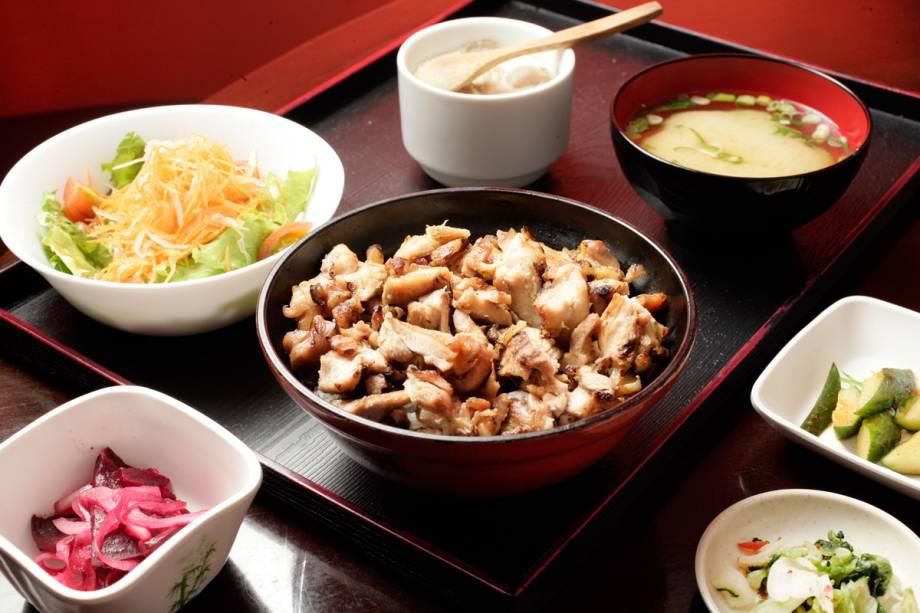 Toriyaki: frango em cubos grelhados sobre arroz junto dos acompanhamentos