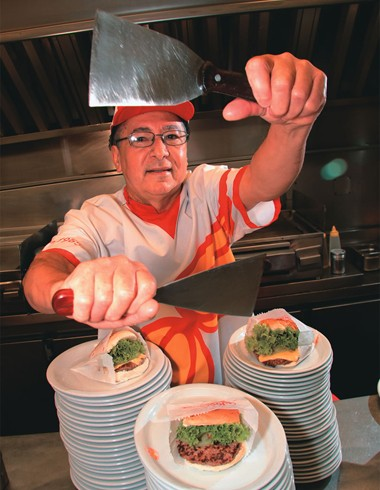 GRACIANO FRANCISCO DA SILVA. Endereço comercial: Joakin's, no Itaim Bibi. Idade: 62 anos. Tempo de trabalho: 26 anos. Produtividade: trinta hambúrgueres ao mesmo tempo.