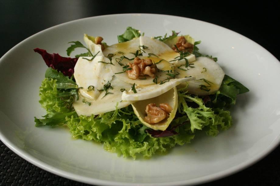 Insalata di pera al caprino (folhas verdes, queijo de cabra fresco com pêra e nozes, R$ 27,00)