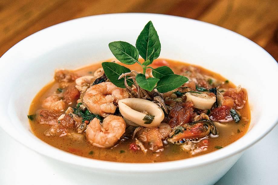 Sopa de frutos do mar: o caldo leva camarão, mexilhão, lula e vôngole