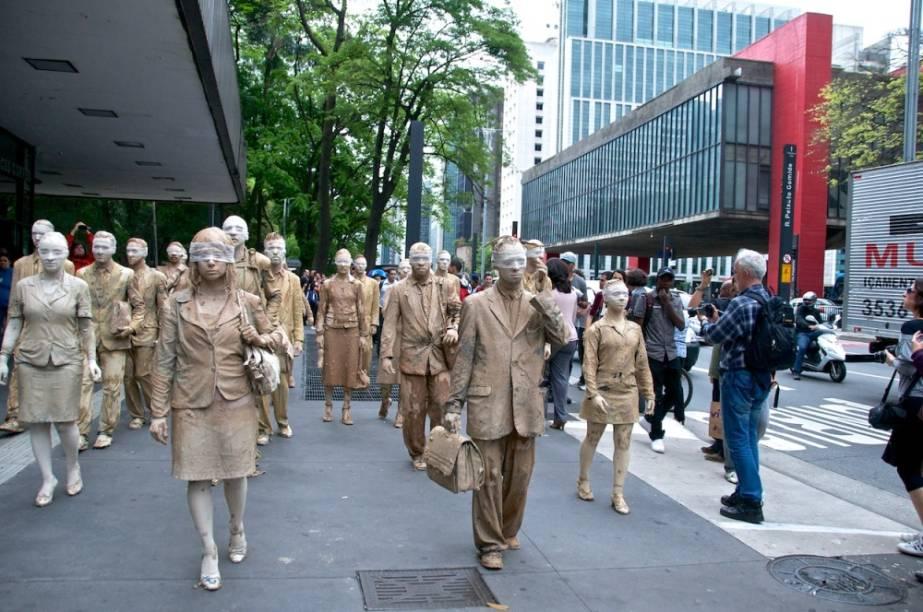 Intervenção urbana: performance Cegos na Avenida Paulista em 2012