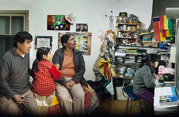 Família boliviana em casa: diversidade e intimidade sob o olhar da artista carioca
