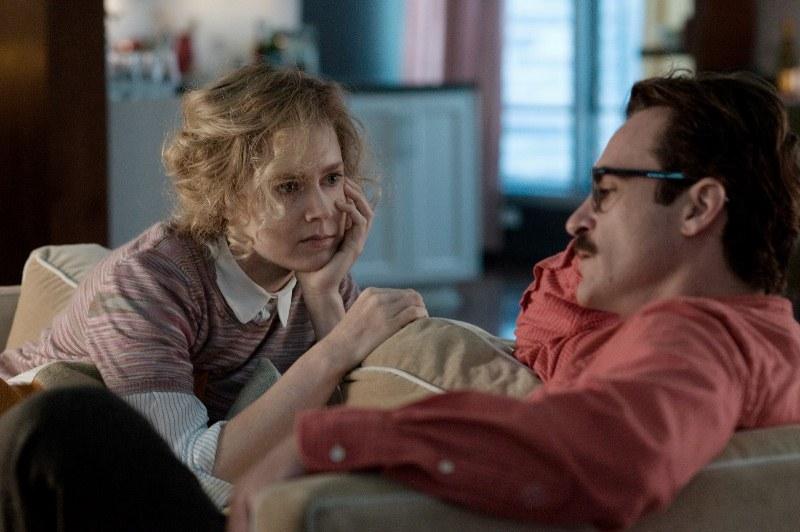 Ela: Theodore (Joaquin Phoenix) se apaixona pela voz de um programa informático