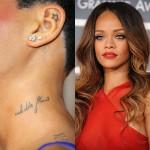 """Rihanna ostenta várias tatuagens em todo o seu corto (e a maioria delas é realmente bonita). Esta é mais uma delas, o único problema: escrita em frânces, o desenho deveria dizer """"flor selvagem"""", mas na sequência que foi escrita ela retrata """"selvagem flor"""""""
