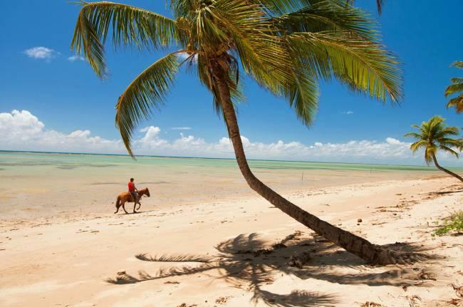 A larga faixa de areia, quase sempre deserta: 90% dos turistas são de São Paulo (Foto: Renato Grimm/Opção Brasil Imagens)