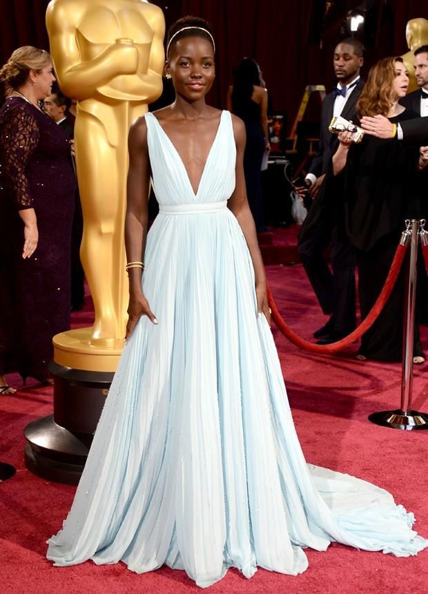 Também feito sob medida para Lupita Nyong'o, o vestido da grife Prada realçou o corpo da atriz no Oscar de 2014. (Foto: Reprodução)