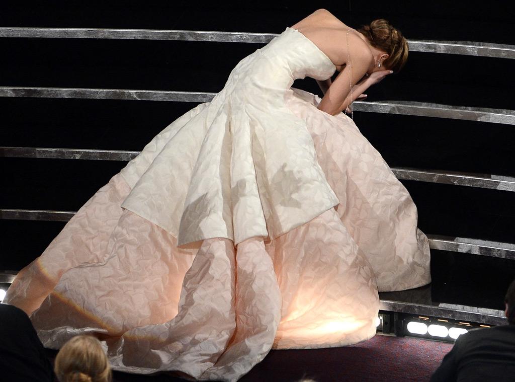 O tombo do ano ao subir ao palco para receber o Oscar: aplaudidade de pé (Kevin Winter/Getty)