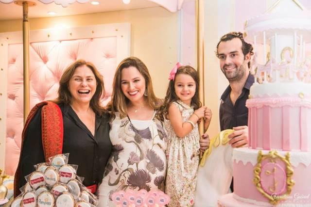 Mariana com sua família no chá de bebê de Julia (Foto: Reprodução/ Facebook)