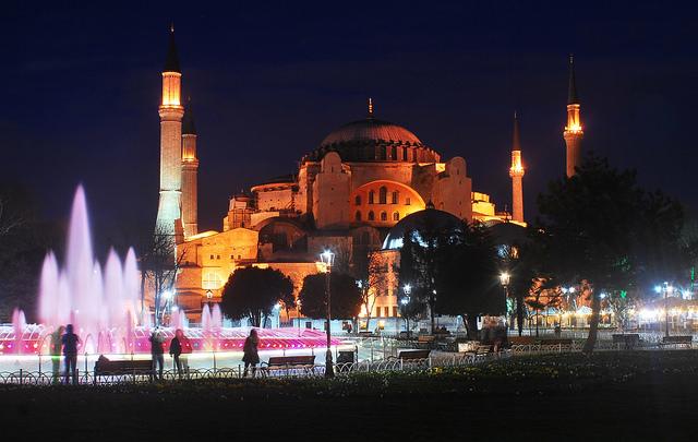 A Basílica iluminada em Istambul (Foto: Abhijeet Rane, no Flickr)