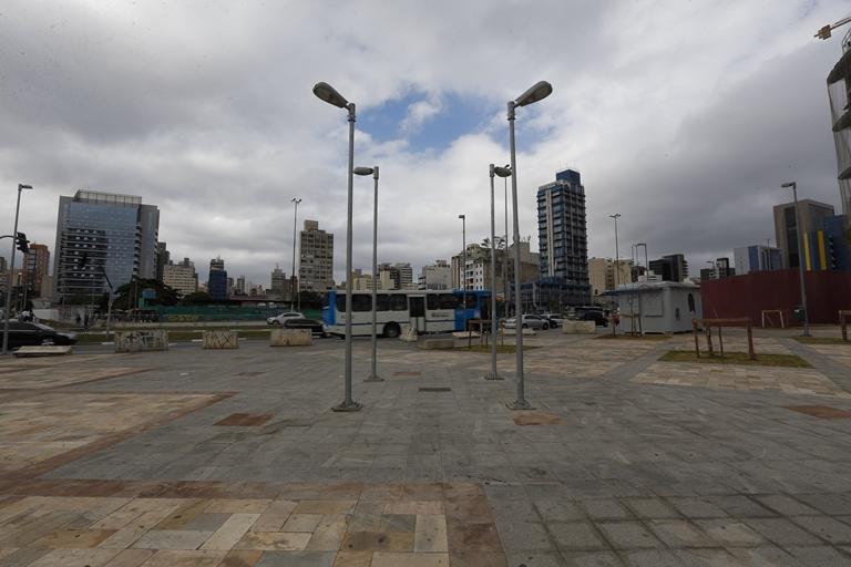 Inauguração: praça vazia e sem bancos no Largo da Batata