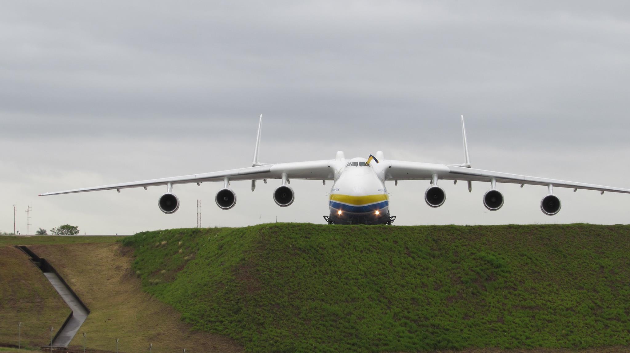 O Antonov An-225 M posou por volta das 11h30 no Aeroporto de Viracopos, em Campinas (Foto: Reprodução/Facebook)