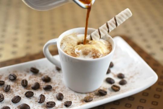 Escafandro: expresso, licor Amarula, sorvete de creme, chocolate em pó e canudo de biju (R$ 11,60 - 100 ml)