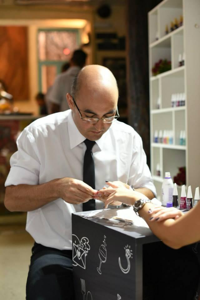 Manicure homens pintavam as unhas das mulheres no dia do lançamento da coleção, em São Paulo (Foto: Reprodução/Facebook)