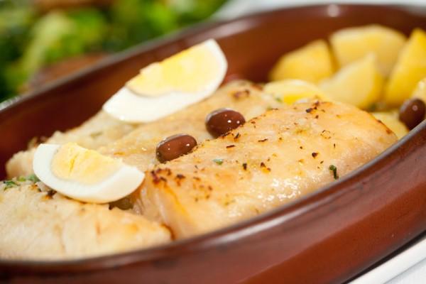 Bacalhau assado no forno com azeite, ovo, batata e azeitona. FOTO: Tricia Vieira