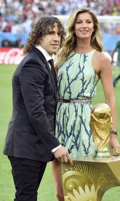 Gisele batendo um bolão no Maracanã na final da Copa do Mundo 2014 ao lado do ex-jogador espanhol Carles Puyol. Ela levou para o gramado o baú Louis Vuitton que guardou a taça do torneio Martin Meissner / AP