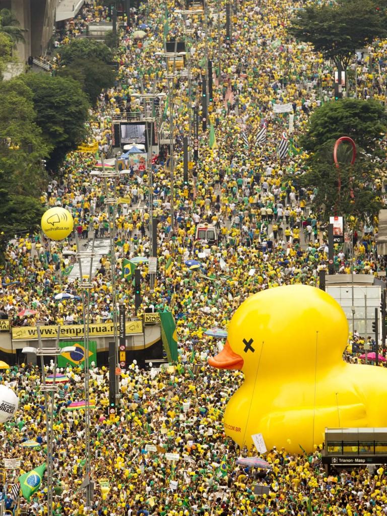 "São Paulo, São Paulo, Brasil - Manifestantes durante ato ""Vem Pra Rua"" na tarde  desse domingo (13) na Avenida Paulista. Foto: Léo Pinheiro/Veja"
