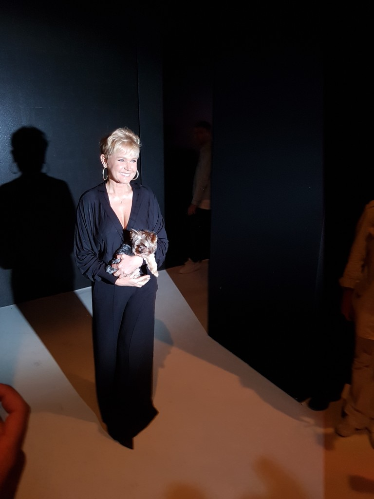 Xuxa chega na sala de desfile para assistir a estreia de Sasha (Foto: Tatiana Izquierdo)