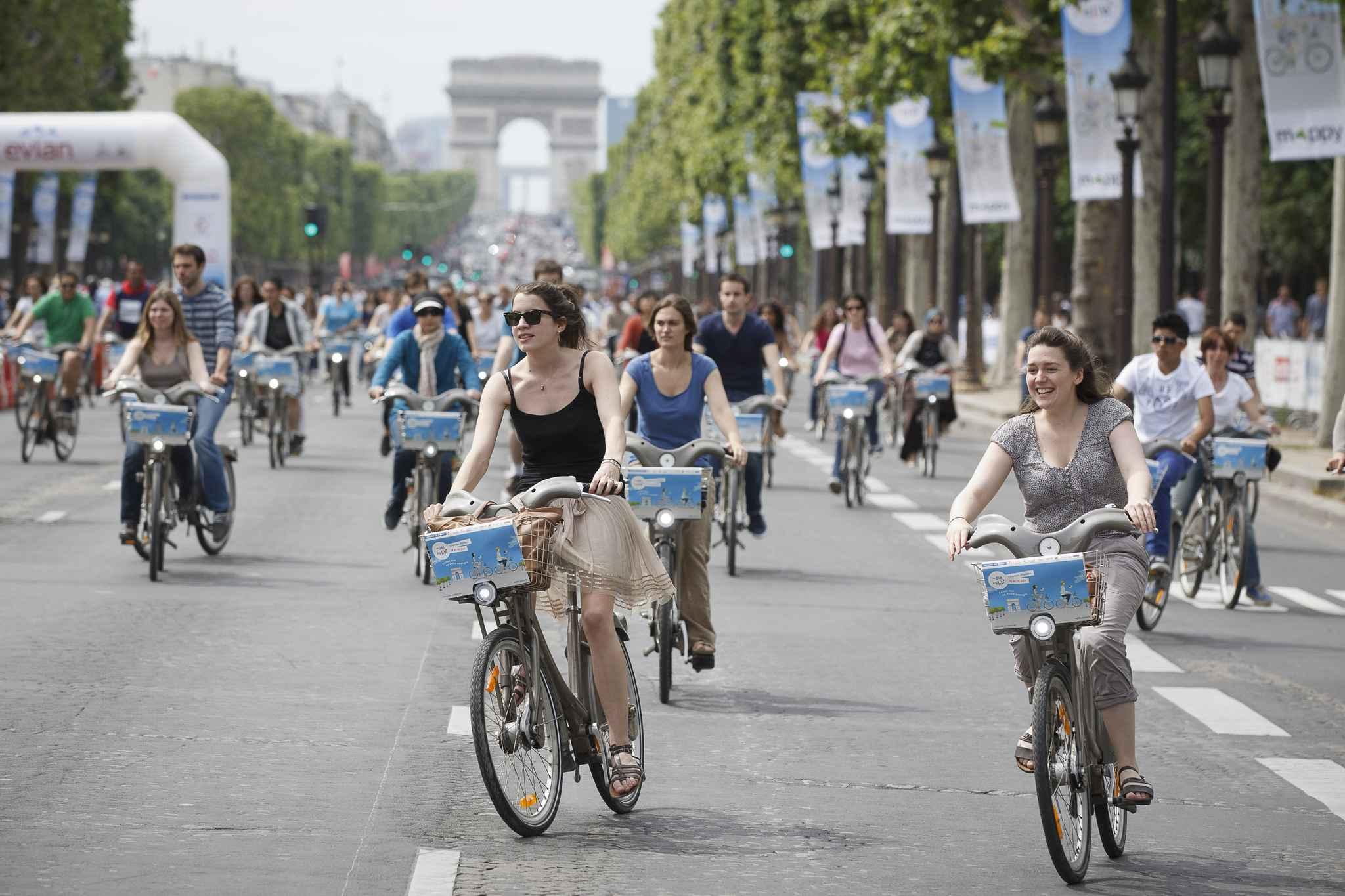 2048x1536-fit_paris-le-16-juin-2013-avenue-des-champs-elysees-seconde-edition-des-24h-du-velib-velo-foule-arc-de