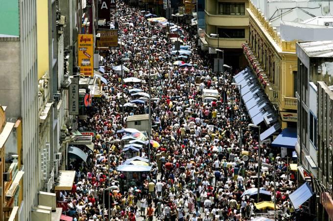 movimento-na-rua-25-de-marco-no-centro-da-capital-paulista-na-vespera-do-feria_-39734386-jpg.jpeg
