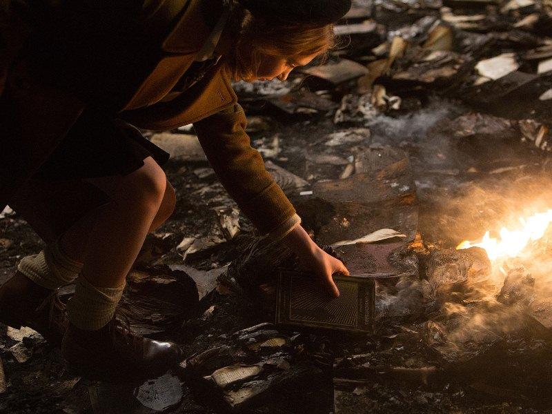 A Menina que Roubava Livros: ela rouba livros para sobreviver