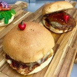 Brooklyn: hambúrguer ao molho barbecue de cerveja escura, mix de pimentas e queijo mussarela