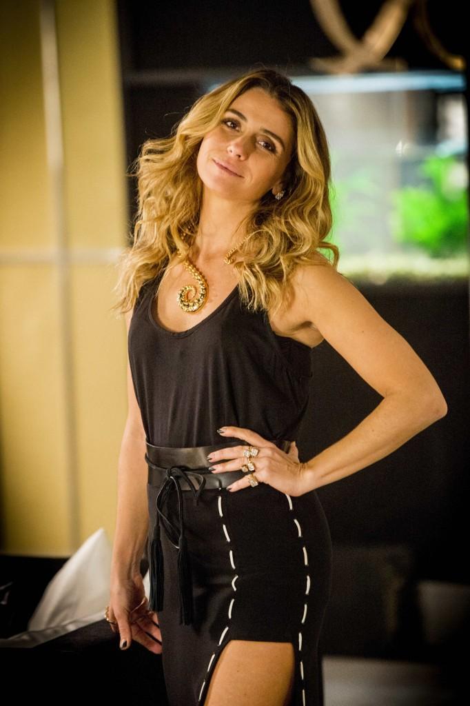 Atena (Giovanna Antonelli) faz sucesso por seus looks modernos e estilosos (Foto: Globo/João Miguel Junior)