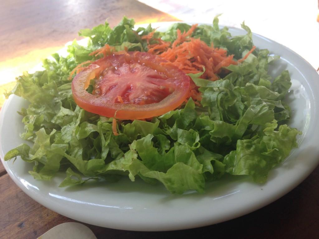 Para a entrada, saladinha básica de alface, tomate e cenoura (Foto: Helena Galante)