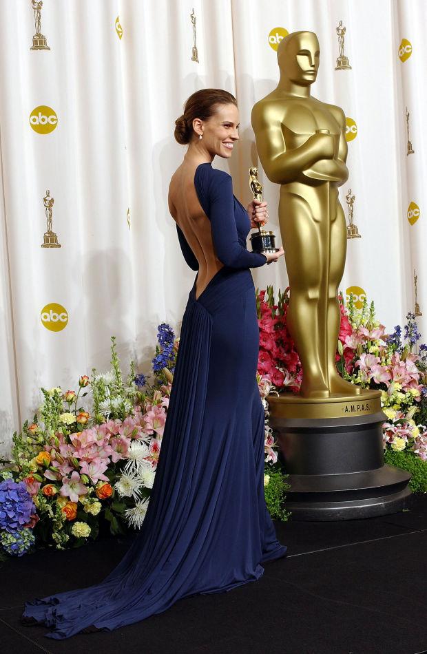Hilary Swank escolheu modelo de Guy Laroche na cerimônia do Oscar de 2005. O destaque ficou por conta do decote profundo nas costas. (Foto: Reprodução)