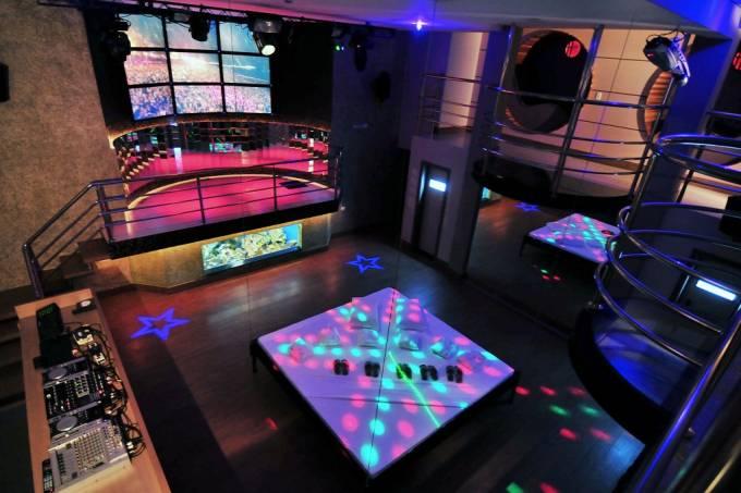 A suíte para festas do Harmony: 415 metros quadrados, capacidade para 300 pessoas, palco, cama suspensa, spa e entretenimento de todo o tipo, de fliperama a toboágua