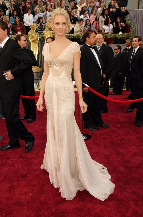 A atriz Uma Thurman escolheu um elegante modelo Versace para o Oscar de 2006. (Foto: Reprodução)