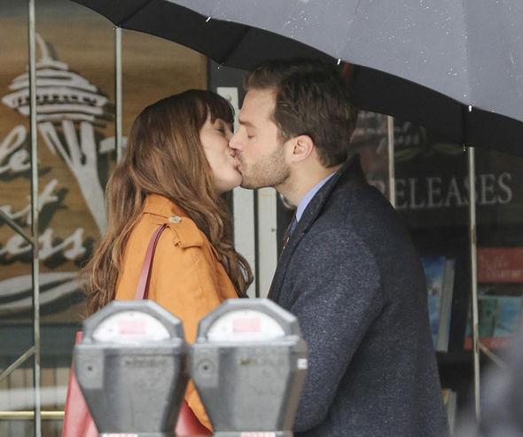 Um dos primeiros beijos de Jamie e Dakota em Cinquenta Tons Mais Escuros