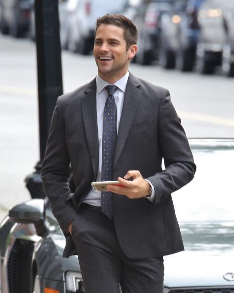 Além de muito bem vestido, o ator tem um porte físico de atleta