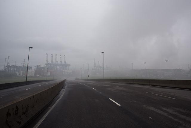 GUARUJÁ, SP, 15.01.2016: VAZAMENTO-GÁS - Vazamento de produto químico no terminal portuário Localfrio, na margem esquerda do Porto de Santos, em Guarujá (SP). A nuvem de produto químico toma conta da cidade e muda de intensidade de acordo com o vento. (Foto: Davi RIbeiro/Folhapress)