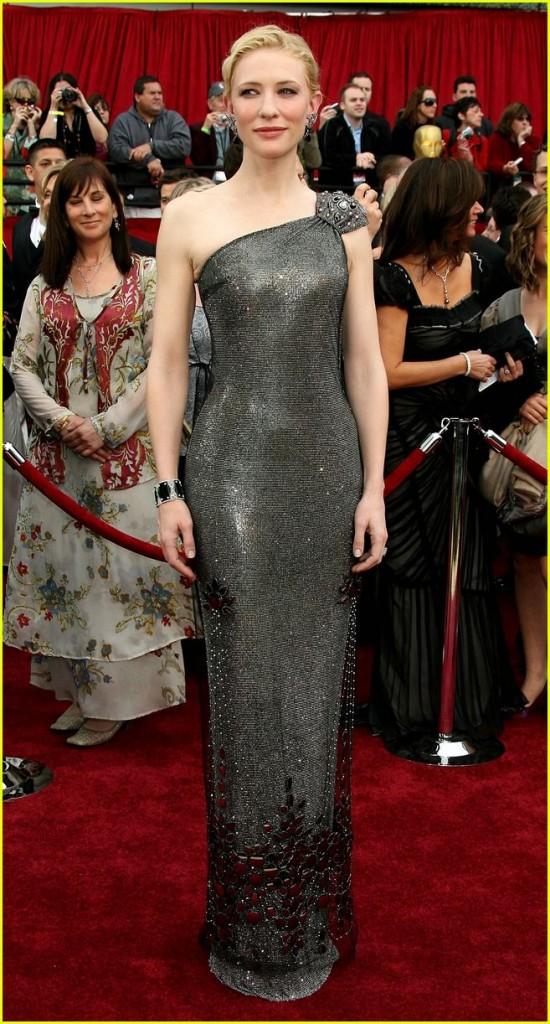 Cate Blanchett veste Armani Privé no Oscar de 2007 Mas, em se tratando de Cate Blanchett, eu escolhi o look dela de 2007, em que ela está num glamouroso Armani metálico (lembram quando falamos de looks metálicos, uma tendência que vem super forte para o inverno? Vale se inspirar) !  (Foto: Reprodução)