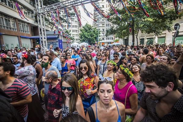 Foliões curtem bloco pré-Carnaval na prala Dom José Gaspar, no centro (Foto: Cris Faga/Fox Press Photo/Folhapress)