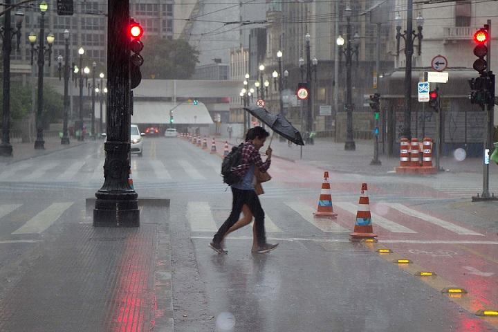 Chuva no centro na tarde desta sexta (25) (Foto: Uriel Punk/Futura Press/Folhapress)