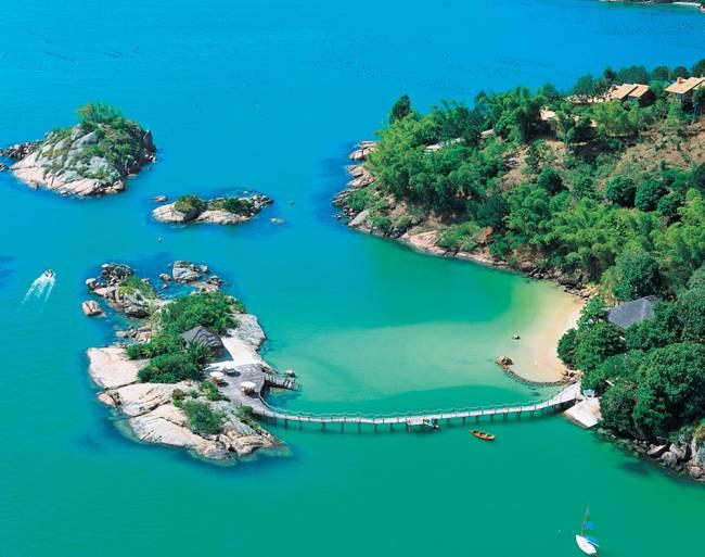 Vista aérea do Ponta dos Ganchos: uma ilha particular no terreno (Foto: Divulgação)