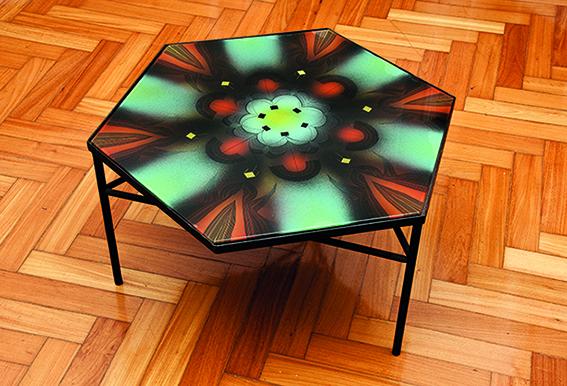 Durante a década de 1950 também desenhou móveis, como esta mesa