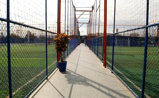 Ao todo, quinze campos de futebol society podem ser alugados na unidade Pompeia da Playball