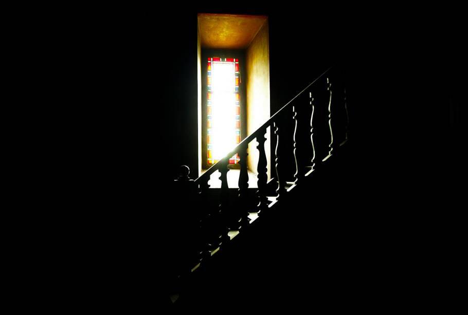 Foco de luz na escadaria interna do Mosteiro de São Bento