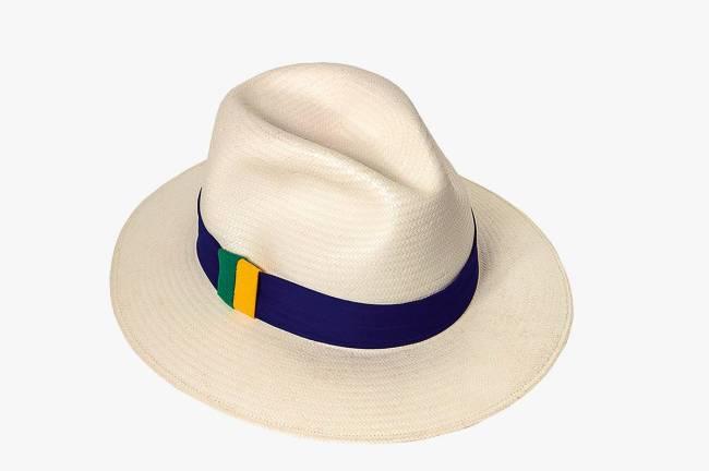 Chapéu-panamá com faixa de algodão em verde, azul e amarelo.