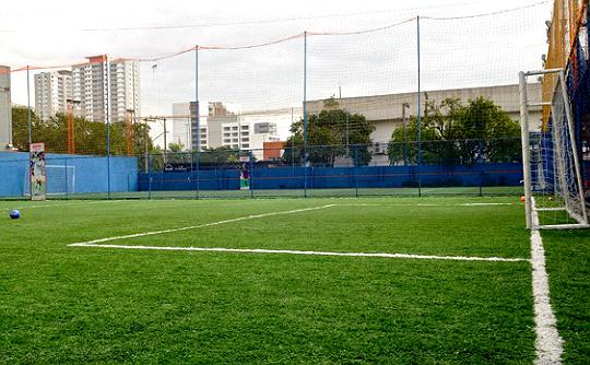 A unidade da Playball na Vila Leopoldina tem quatro quadras de futebol society para alugar