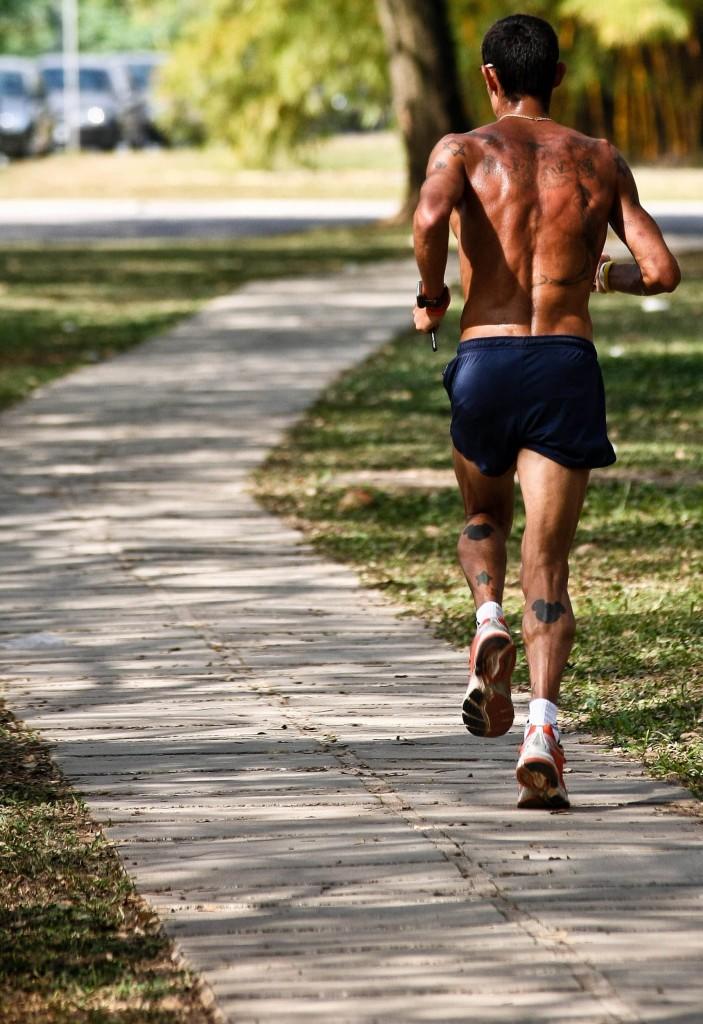 Homem se exercita na Cidade Universitária