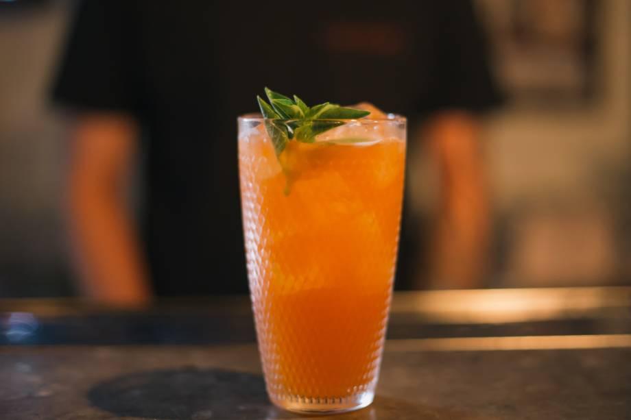 Negroni estate: gim com infusão de cítricos, Aperol, amaro, limão-siciliano, suco de laranja e Angostura